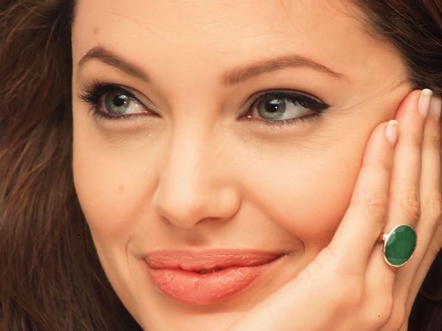 أنجلينا جولي: أكثر سيدة محبوبة في العالم