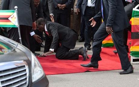رئيس زيمبابوي الديكتاتور يسقط من منصة المطار