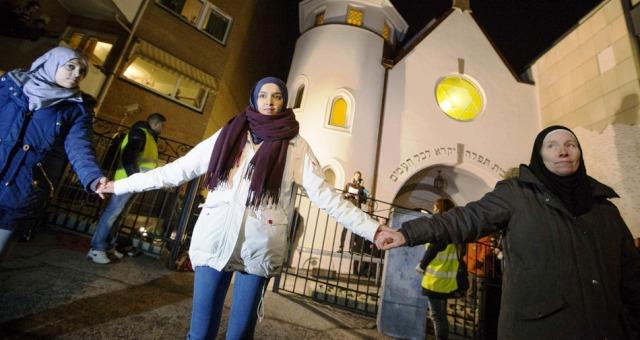 مسلمون يقومون بحماية بيعة يهودية في أوسلو