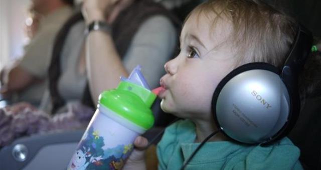ما سبب انسداد الأذن عند السفر بالطائرة؟