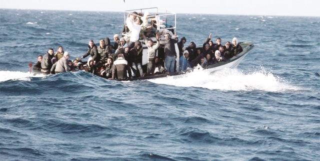انقاذ 19 مرشحا للهجرة السرية من الغرق قبالة ساحل طنطان في جنوب المغرب