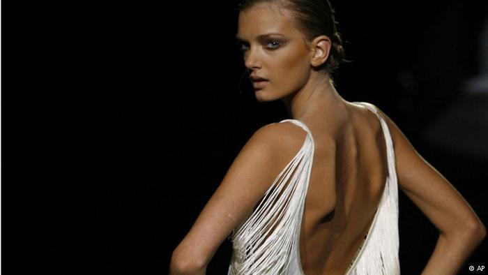 فرنسا تحظر النحافة المفرطة لعارضات الأزياء