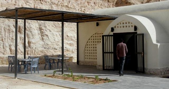 بالصور.. مطعم من الطين تديره نساء