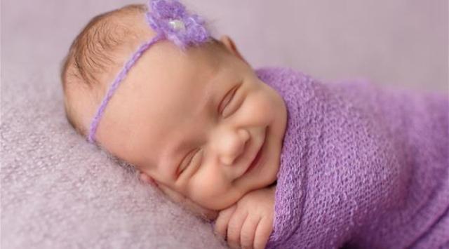 لقطات رائعة لرُضع يبتسمون خلال نومهم