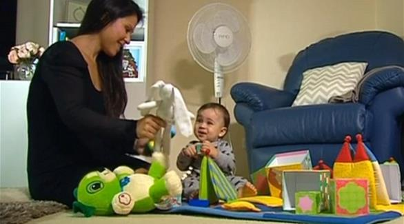 طرد امرأة من الطائرة لإرضاعها طفلها