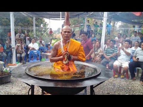 بوذي يتعبد في قدر كبير من الزيت المقلي