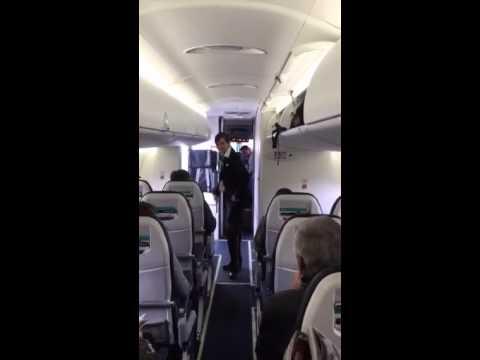 مضيفة طيران تسلي الركاب برقصات جميلة