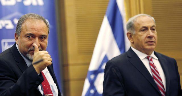 نتانياهو وليبرمان يتنازعان أصوات اليمين الإسرائيلي