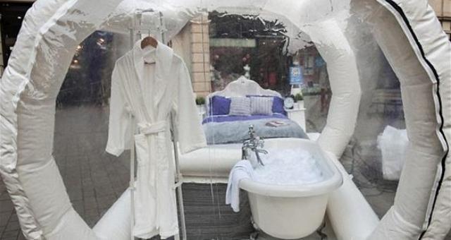 بالصور.. فندق شفاف يكشف زواره على المارة