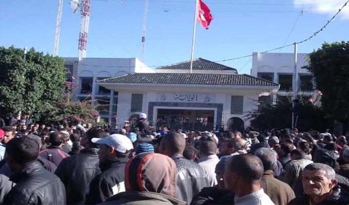 محتجون يقتحمون مقر ولاية جندوبة التونسية ويقطعون شارعا رئيسيا