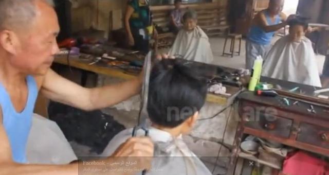 بالفيديو.. حلاق يستخدم النار لقص شعر زبائنه