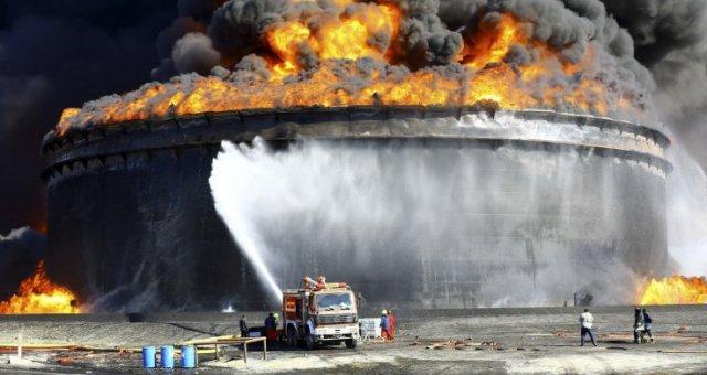 كيف قاد الصراع من أجل النفط ليبيا إلى حافة الانهيار