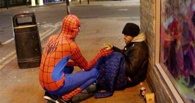 بالصور.. سبايدر مان يتجول ليلاً لمساعدة المتشردين