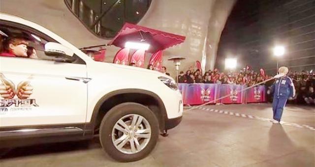 ثمانينية صينية تجر سيارة بأسنانها