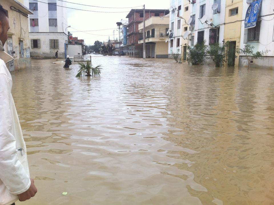 فيضانات وديان نائمة تهجر 250 عائلة وتعزل عدد من الولايات بالجزائر
