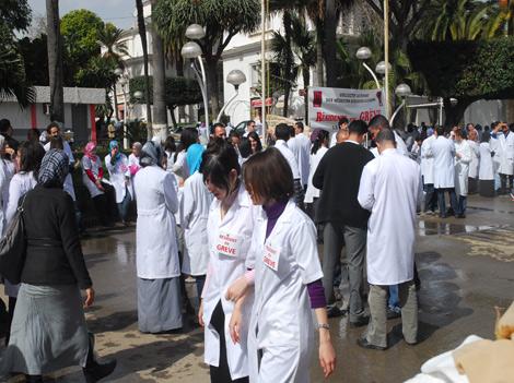 ترقية 300 ألف موظف في قطاع الصحة بالجزائر وإنهاء العقود المؤقتة