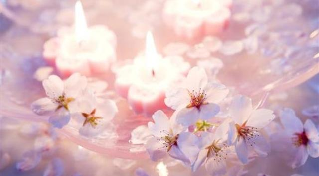 5 طرق مبتكرة لتزيين طاولة طعامك بالشموع والأزهار