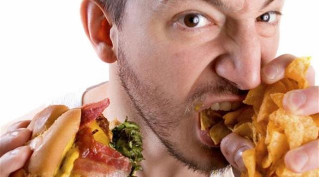 دراسة: تناول الوجبات السريعة مرة أسبوعياً يرفع ضغط الدم