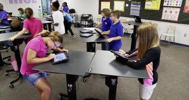 الوقوف في الفصل يساعد الأطفال على التفكير