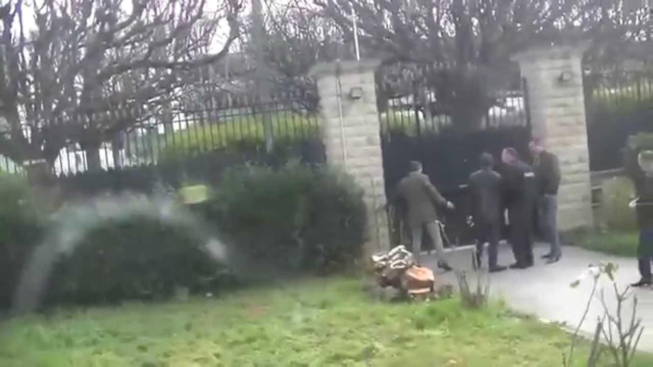 ملك الراي الشاب خالد يتعرض للشتم و الاهانة أمام القنصلية الجزائرية