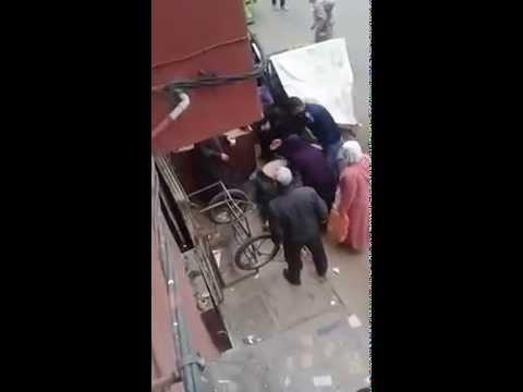 مغربيات يقبضن على لص ويشبعنه ضربا