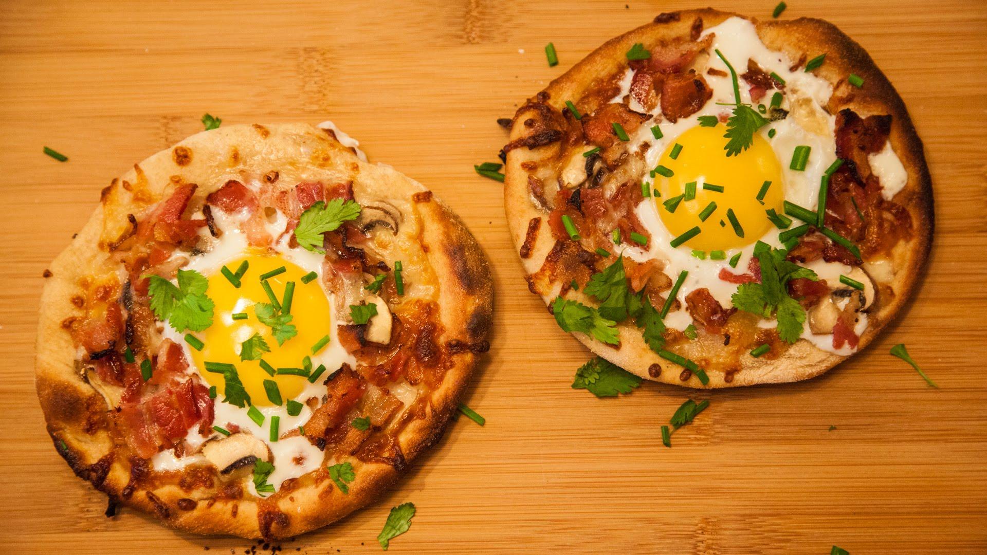 حضري البيتزا بالبيض والجبنة بأقل من دقيقة