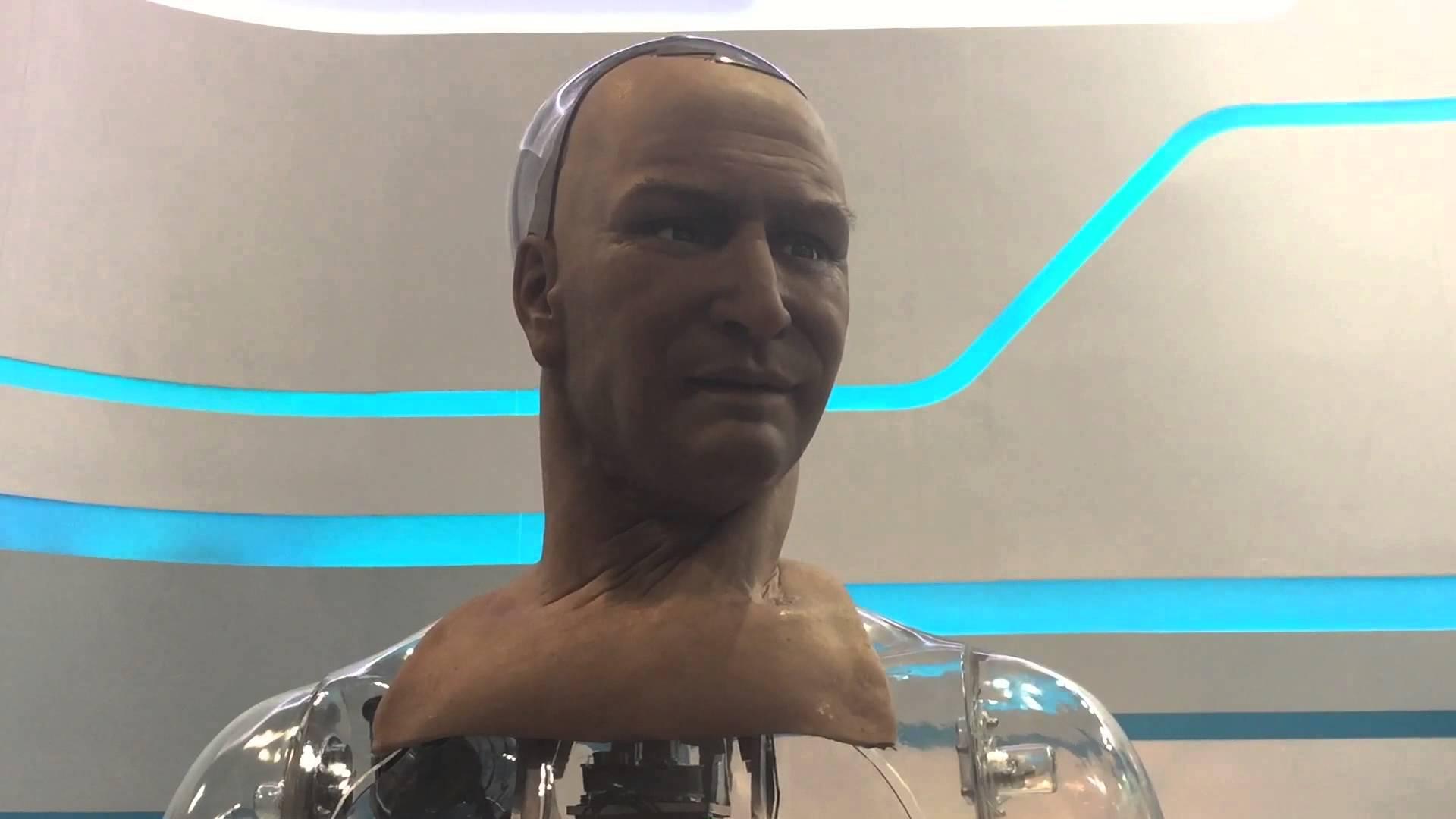 إنسان آلي يتكلم مع الزوار