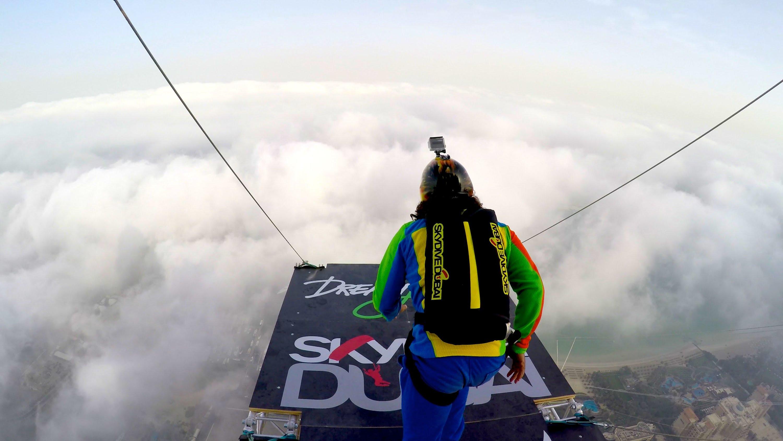 قفزة جنونية من أعلى بنايات دبي