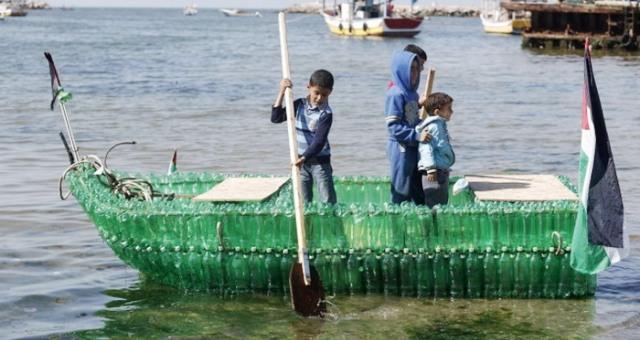 صناعة قارب من قوارير بلاستيكية بغزة
