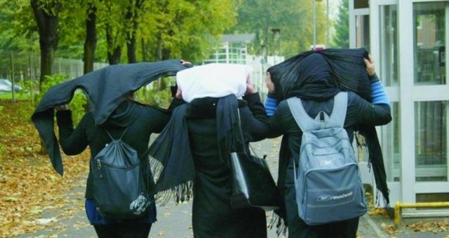 فرنسا: طرد تلميذة مسلمة من القسم بسبب تنورة طويلة