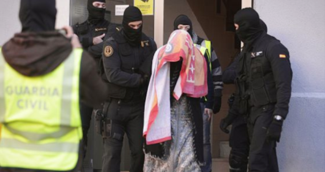 مثول أسرة مغربية أمام المحكمة في اسبانيا بشبهة الانتماء إلى شبكة ارهابية