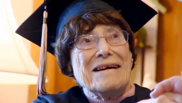 بالفيديو.. أمريكية تنال الشهادة بعد 87 عاماً من تخرج زملائها