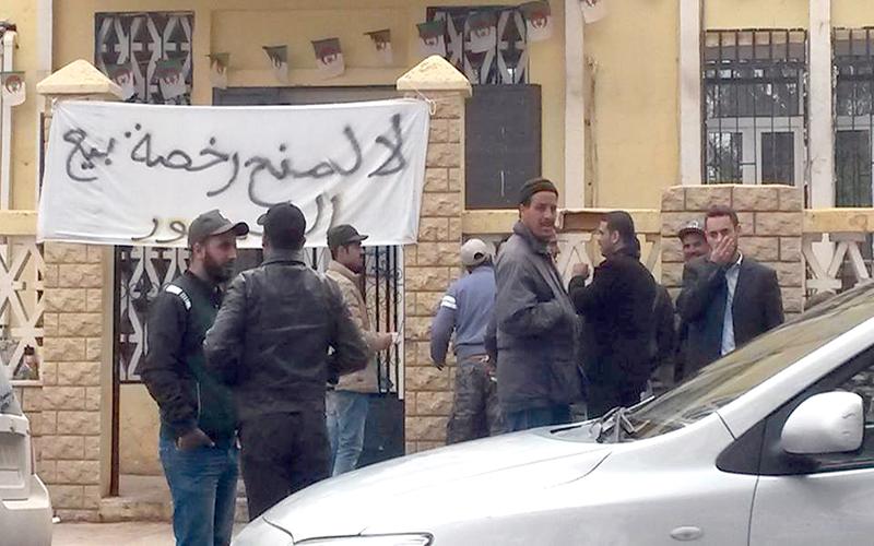 قرار تحرير بيع الخمور يثير عاصفة من الاحتجاجات في مساجد الجزائر