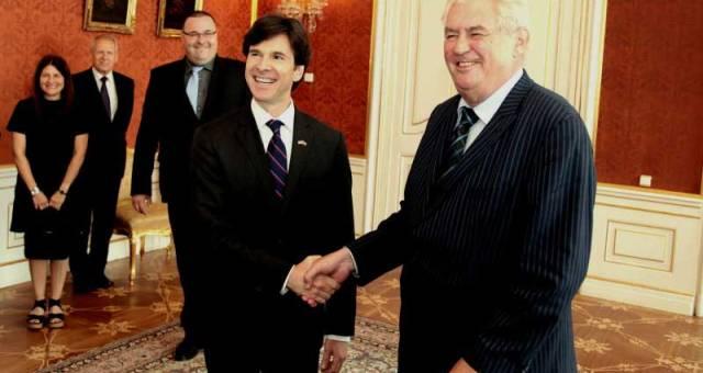 رئيس التشيك يغلق قصره في وجه السفير الأمريكي