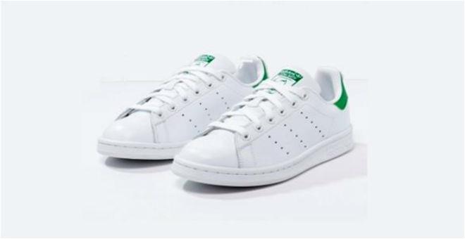 الحذاء الرياضي الأبيض لإطلالة كلاسيكية في الصيف