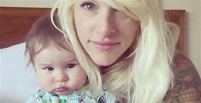 طرد مغنية شهيرة من الطائرة بسبب بكاء طفلها