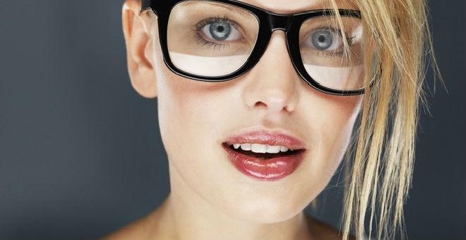 إذا كنت ترتدين نظارة طبية..إليك المكياج المثالي
