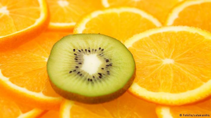 كيف نتناول الفاكهة الحامضة دون أن تضر أسناننا