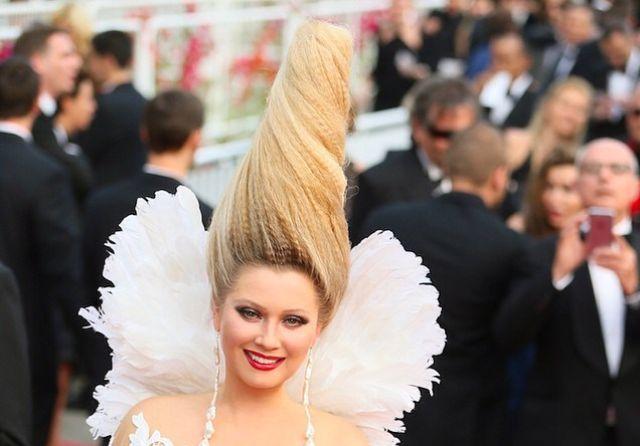 روسية تظهر بتسريحة شعر غريبة في مهرجان