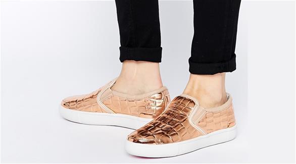 إطلالة صيفية مريحة بحذاء رياضي بلا أربطة