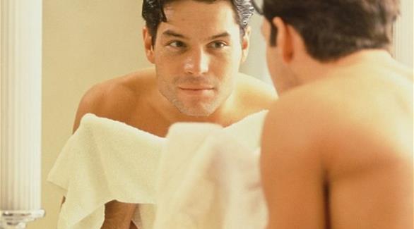 الرجل أكثر إدماناً على النظر لنفسه في المرآة