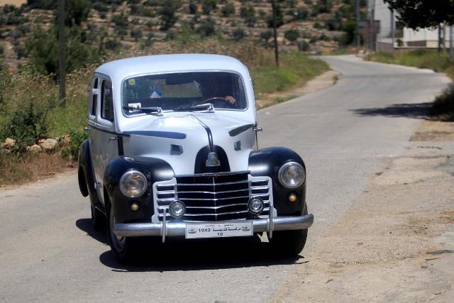 فلسطيني يحتفظ بسيارة من زمن