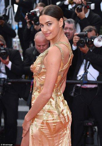 إيرينا شايك تظهر بإطلالة ذهبية في مهرجان كان