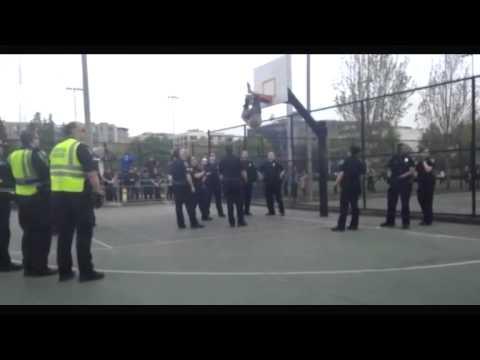 رجال الطوارئ ينقذون رجلاً يتدلى من حلقة كرة السلة 