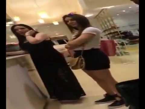 بالفيديو....سيدة خليجية تهاجم الممثلة عبير صبري بسبب ملابسها
