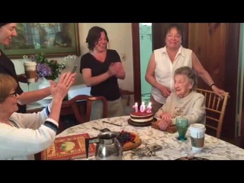 فيديو...سقوط طقم أسنان سيدة تحتفل بعيد ميلادها 102