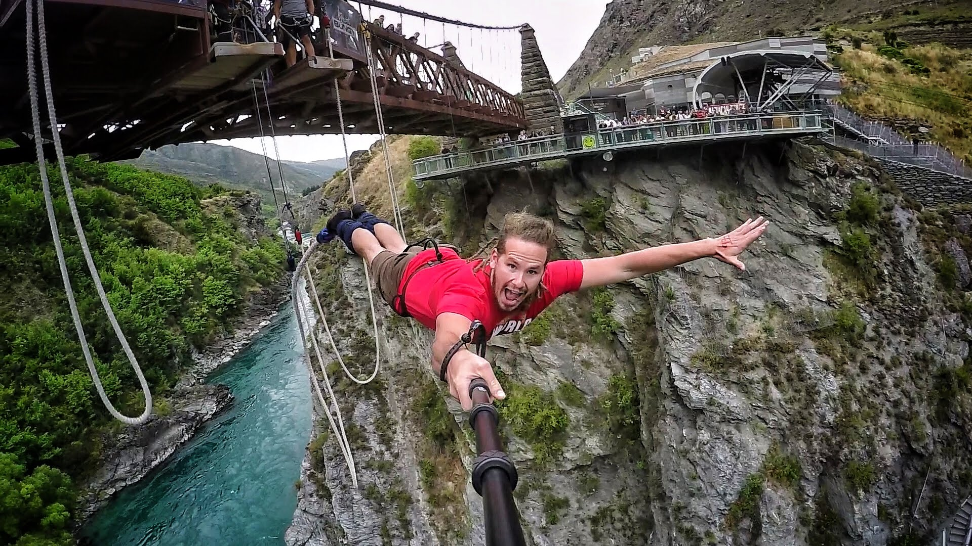 فيديو...القفز من أعلى مكان بالعالم