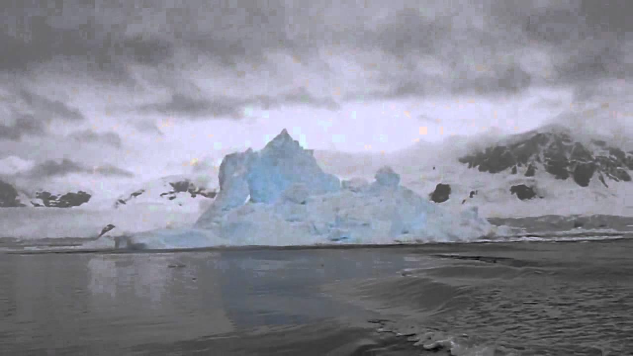 انهيار جبل جليدي امام اعين السياح في القطب الجنوبي