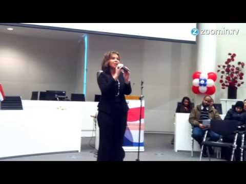 فيديو...هولندية تغنى النشيط الوطني المغربي