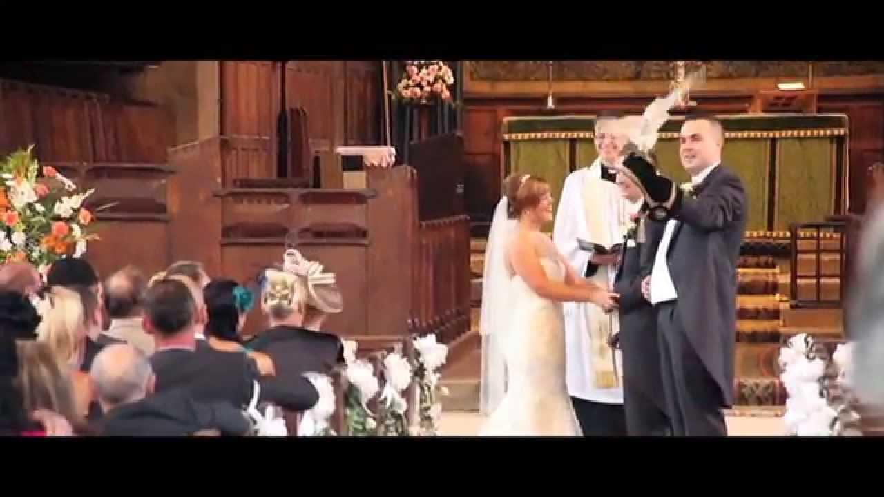 عريس يفاجئ عروسه بطائر بوم يحمل خاتم الزواج